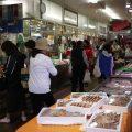 「ハマのアメ横」で昔の商店街を体験!魚屋さん、八百屋さんで子供とお買い物。公園も近くにありますよ。洪福寺松原商店街 [西区]