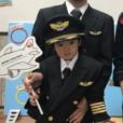 JALの制服を着てCAさんと撮影。親子で衣装を着て、一緒に写真撮影ができる体験会!紙飛行機を作るワークショップも [横浜駅東口 横浜ベイクォーター]